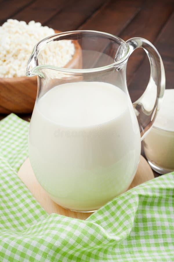 Кувшин молока, сыр коттеджа в деревенской деревянной плите и кислая сливк стоковые изображения rf