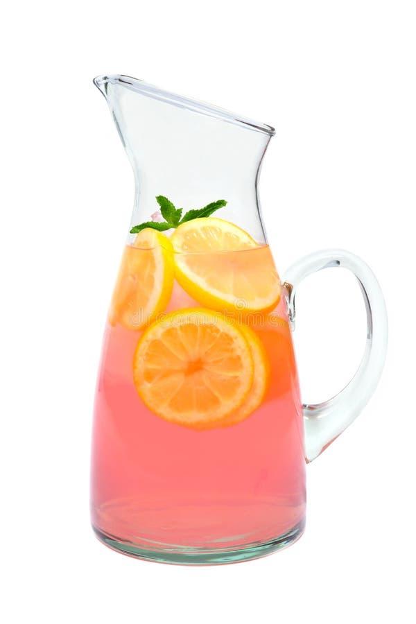 Кувшин розового лимонада при мята изолированная на белизне стоковое фото