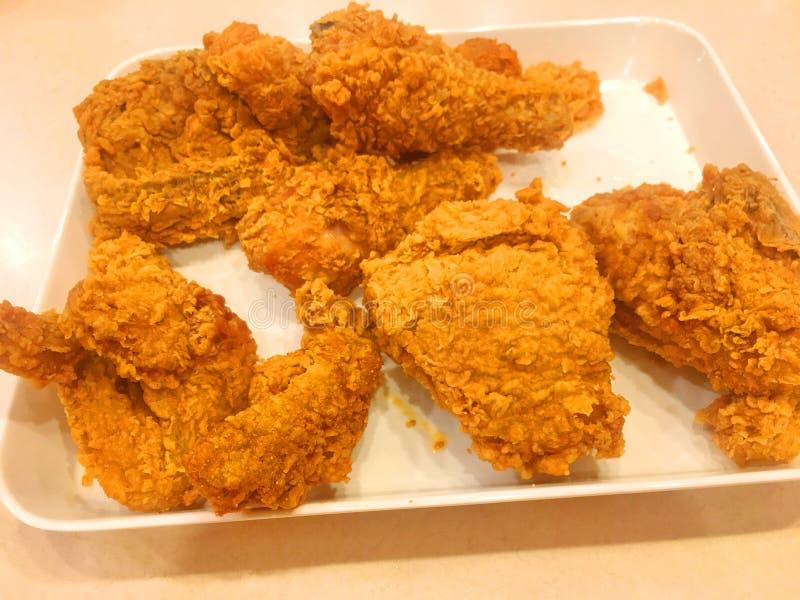 Кудрявая жареная курица Кентукки в блюде, на белой предпосылке стоковое фото rf