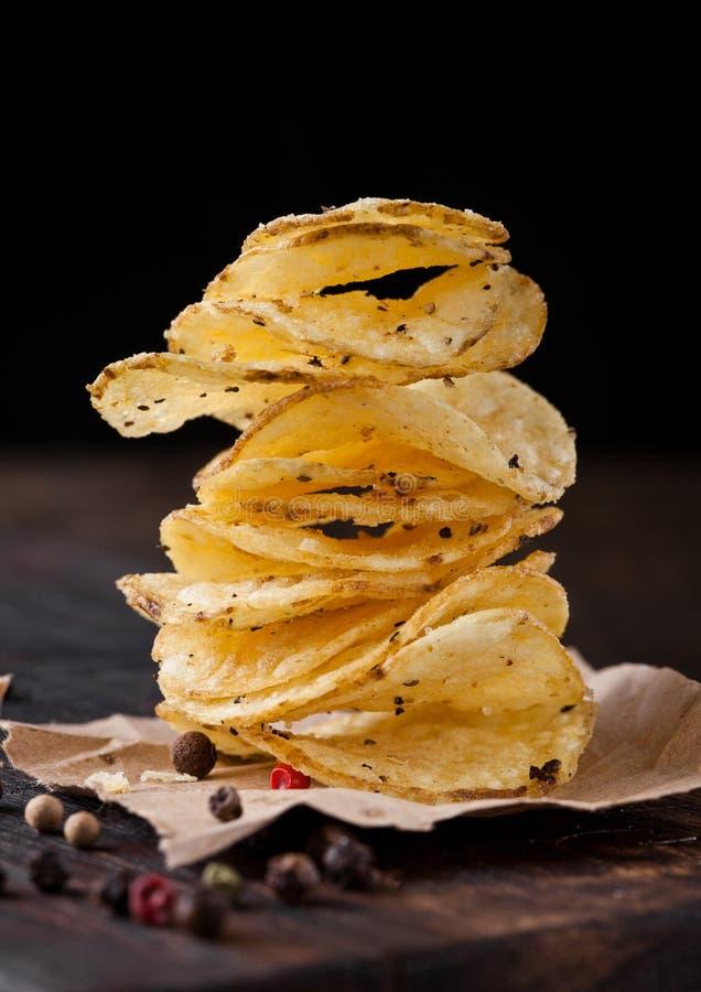 Кудрявая очень вкусная закуска обломоков хрустящих корочек картошки перца стоковые изображения