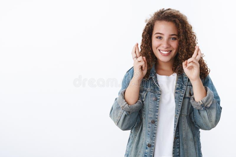 кудрявая седая девушка крест пальцы счастливо улыбаясь уверенная сделка хорошо выглядеть оптимистично улыбающаяся камера весело д стоковые фото