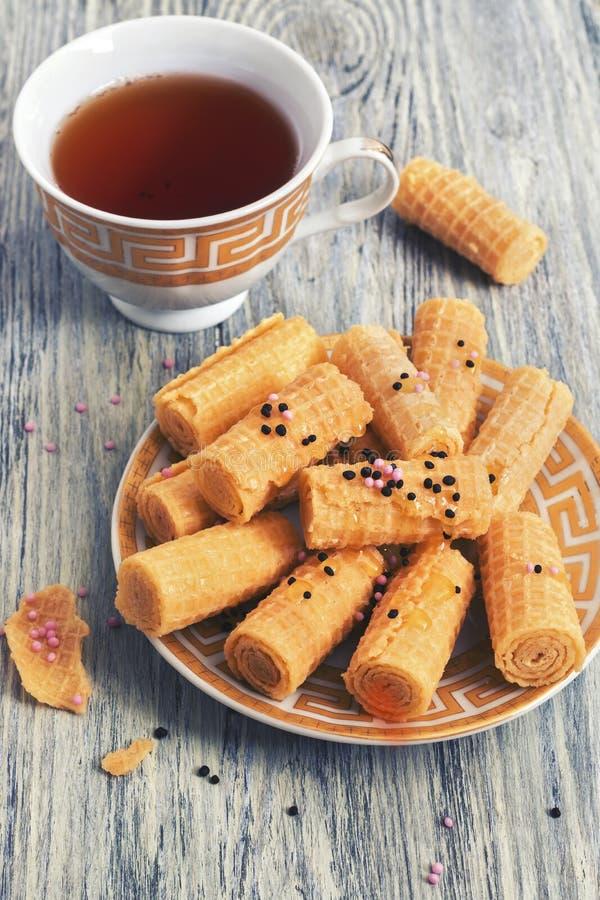 Кудрявые вафли с чаем на деревянном столе Селективный фокус Фото с тонизировать стоковые изображения rf