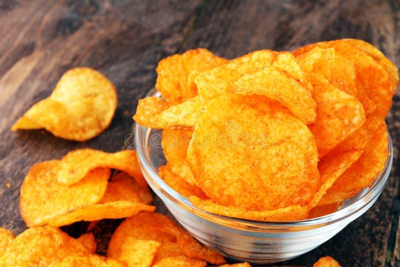 Кудрявые картофельные стружки в шаре Вкусные обломоки паприки стоковые фото