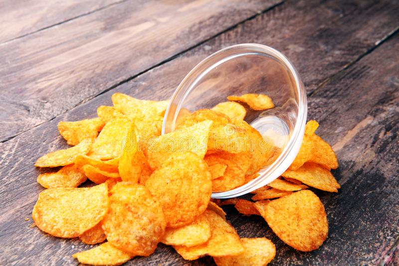 Кудрявые картофельные стружки в шаре Вкусные обломоки паприки стоковая фотография