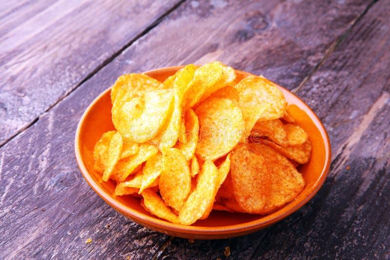 Кудрявые картофельные стружки в шаре Вкусные обломоки паприки стоковое фото rf