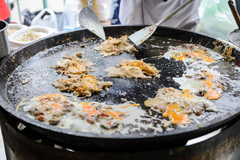 Кудрявый омлет устрицы сделанный от муки смешал с мидией или устрицами и яичком стоковое фото