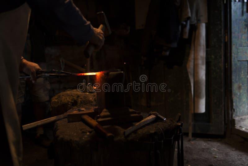 Кузнец в его вковке мастерской стоковые изображения rf