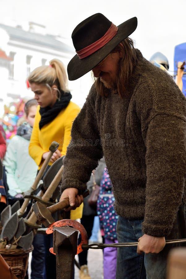 Кузнец в средневековых одеждах, Вильнюс стоковое фото rf