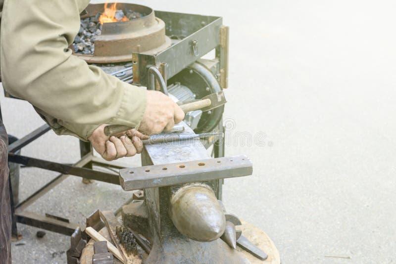 кузнец показывает как процесс металлических продуктов производства стоковые изображения rf