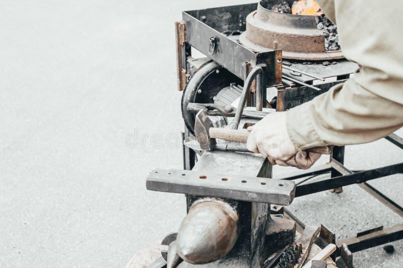 кузнец показывает как процесс металлических продуктов производства стоковая фотография