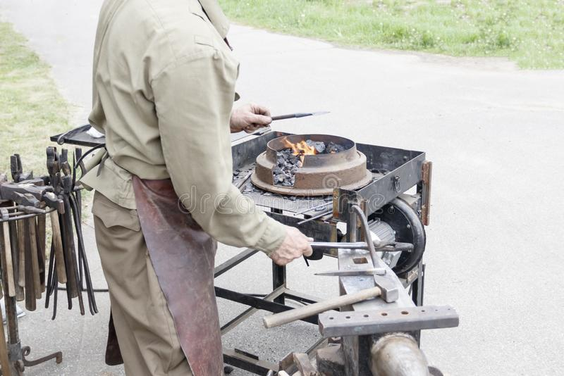 кузнец показывает как процесс металлических продуктов производства стоковое фото