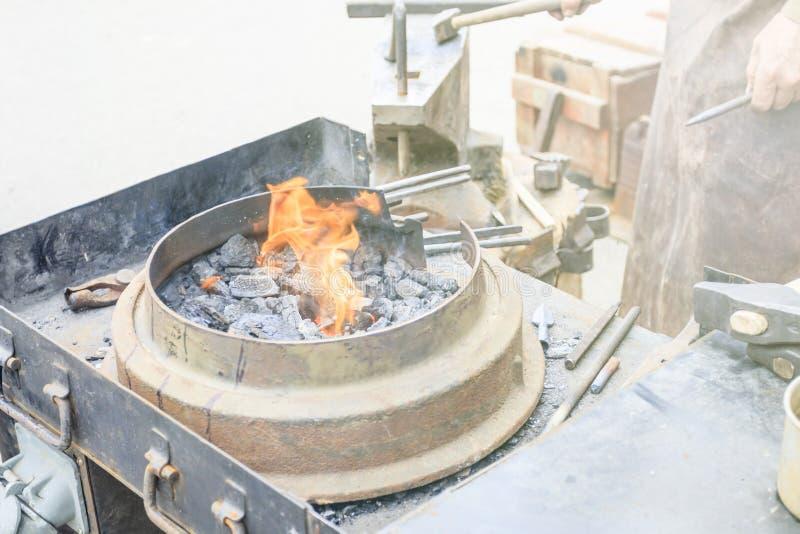 кузнец показывает как процесс металлических продуктов производства стоковое фото rf