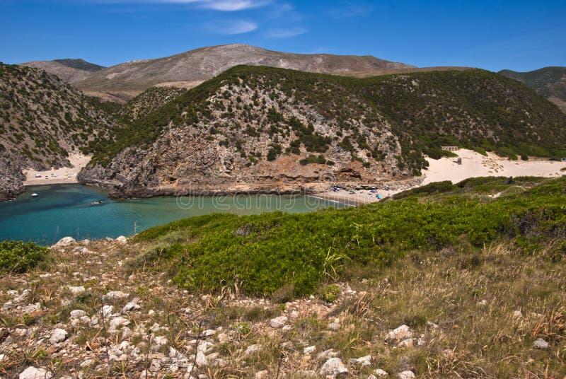Кукареканные пляж и мыс Cala Domestica, вдоль западного побережья стоковое фото rf
