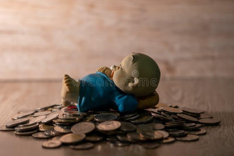 Кукла глины на тайской куче монетки стоковые изображения
