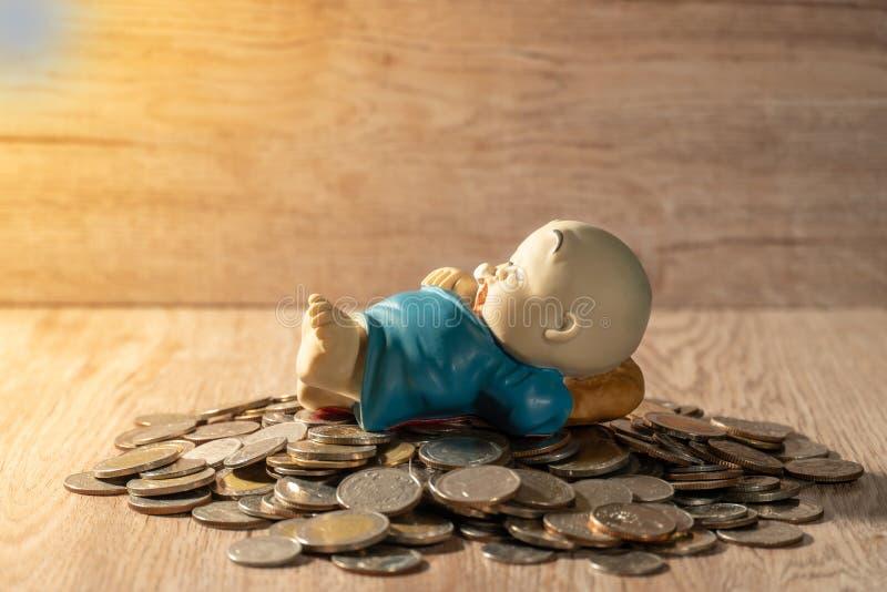 Кукла глины на тайской куче монетки стоковая фотография rf