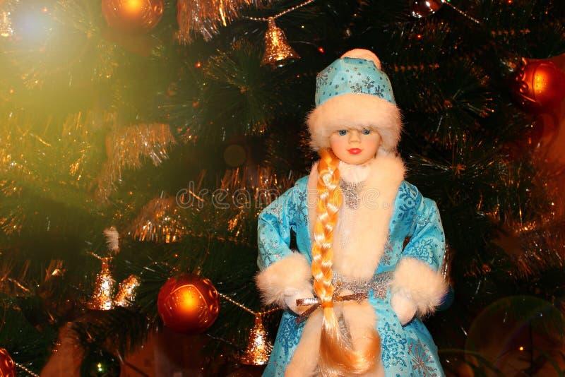 Кукла девушки, жизнерадостный Санта Клаус с сумкой настоящих моментов стоковое изображение rf