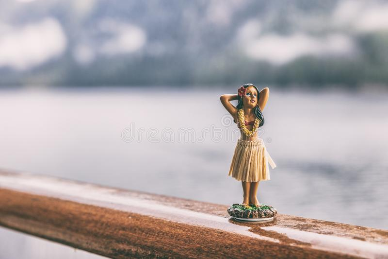 Кукла девушки сувенира Гавайских островов танцора Hula на отключении перемещения палубы туристического судна - смешной предпосылк стоковое фото rf