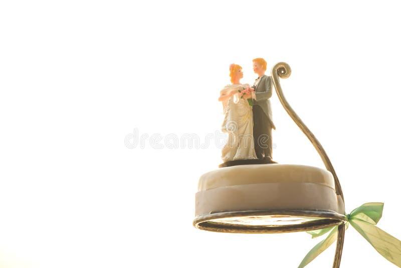 Кукла жениха и невеста на свадебном пироге в внешней свадьбе стоковые фотографии rf