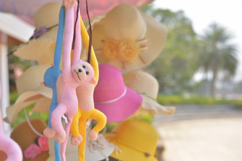 Кукла обезьяны висит стоковое фото