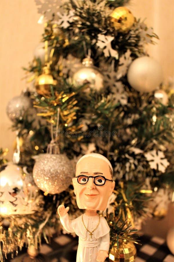Кукла Папы с рождественской елкой позади стоковые фотографии rf