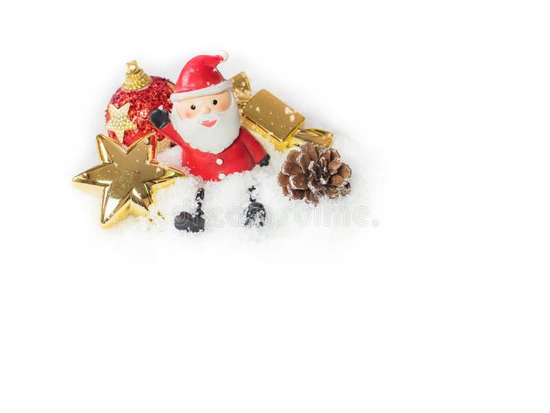 Кукла Санта Клауса и красные шарики, рождество украшения золота в th стоковое фото rf