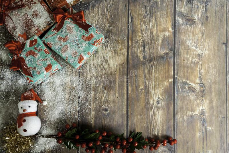 кукла санта с рождественскими подарками сверху стоковое фото rf