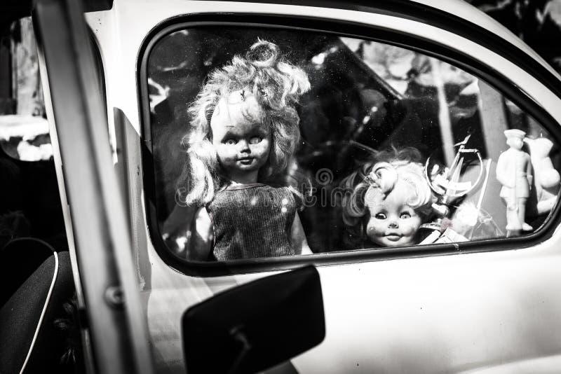 Кукла смотрит из окна автомобиля, предпосылки на хеллоуин, страшное изображение стоковое фото