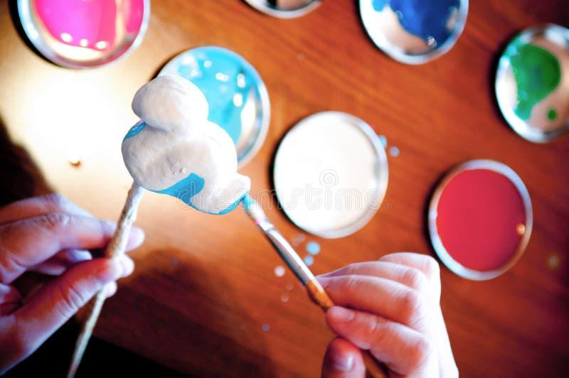 Кукла mache картины бумажная с концом щетки вверх по съемке стоковая фотография