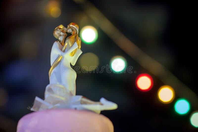 Куклы жениха и невеста, делают от украшенного сахара на свадебном пироге стоковые изображения rf