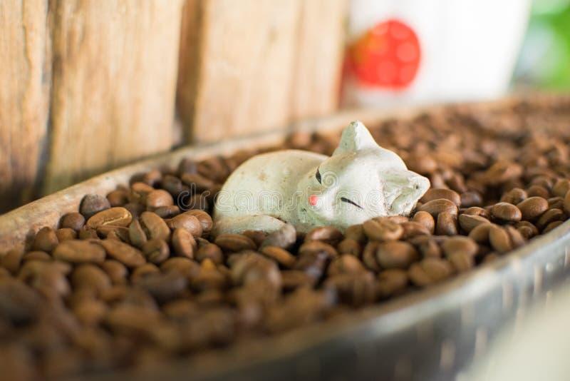 Куклы кота и кофейные зерна для внутреннего художественного оформления стоковое изображение