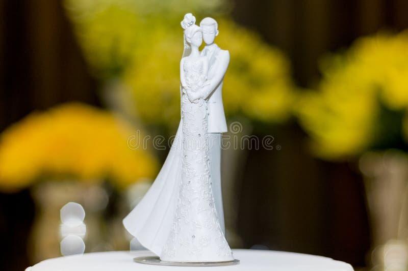 Куклы свадьбы жениха и невеста украшенные на свадебном пироге стоковая фотография rf