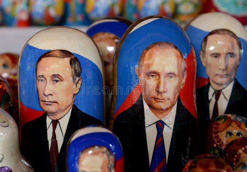 Куклы сувениров-matryoshka с изображением русского президента Владимира Путина на счетчике сувениров в Москве стоковое изображение