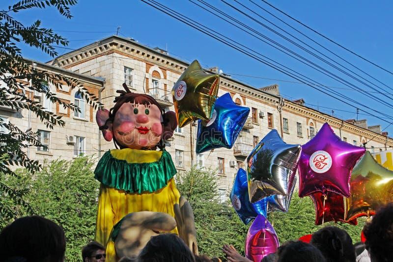 Кукла видов в параде ` кавалькады цирка ` совершителей цирка в Волгограде стоковые изображения