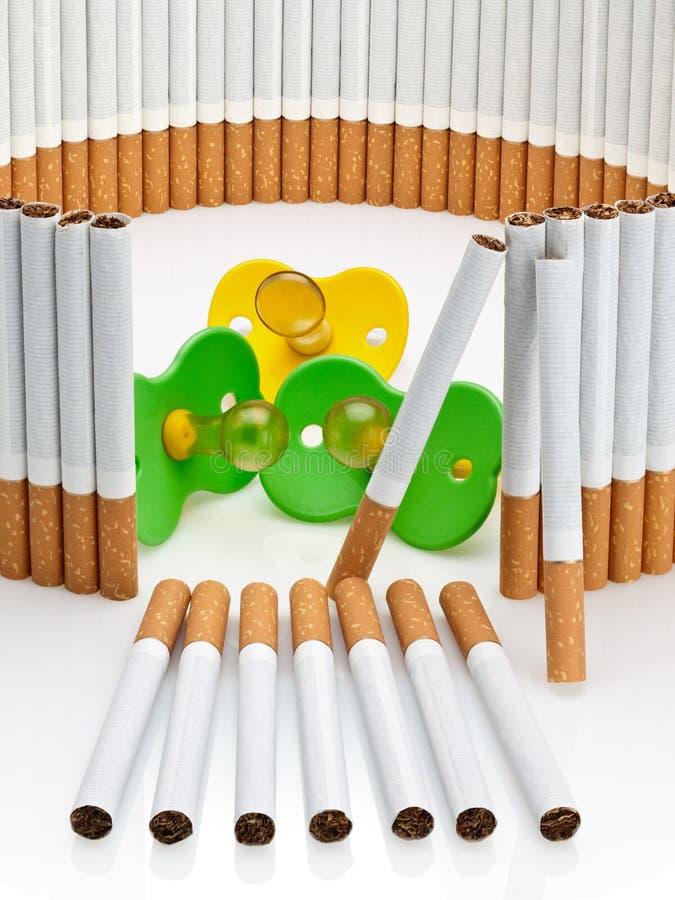 Куклы детей за завершенной загородкой от сигарет стоковые изображения
