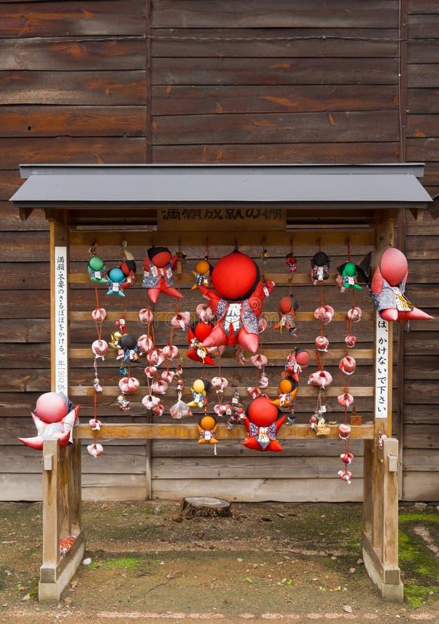 Куклы Sarubobo на шкафе на виске Hikakokubun-ji буддийском стоковые изображения rf
