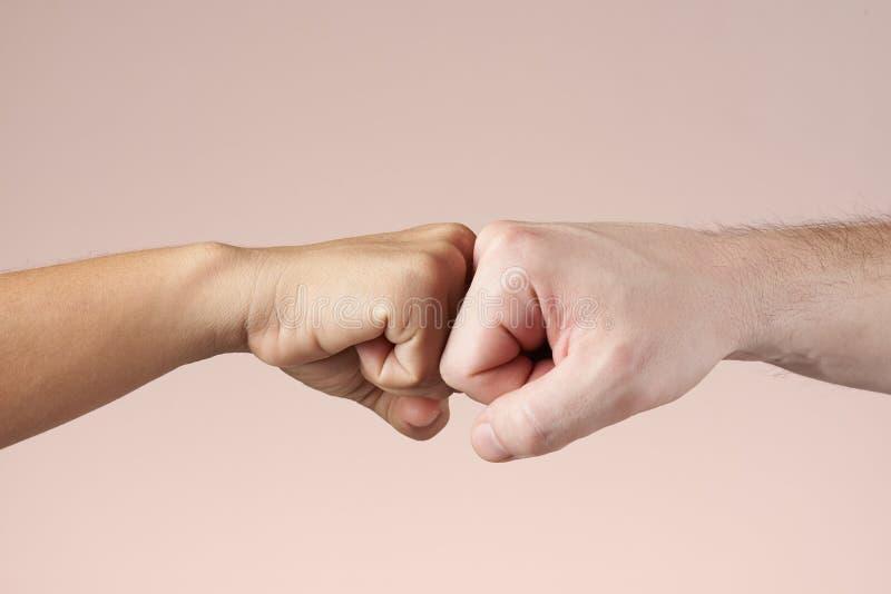 2 кулака bumping один другого стоковое фото