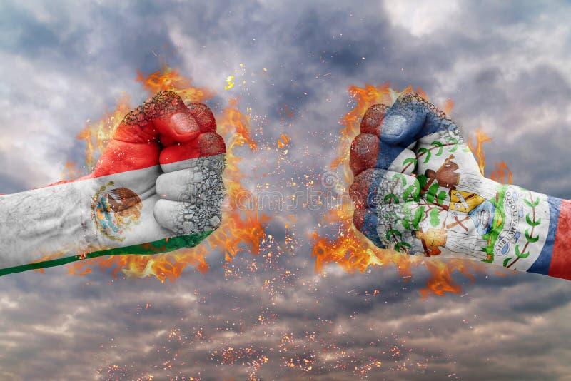 Кулак 2 с флагом Мексики и Белиза смотреть на на одине другого стоковые изображения rf