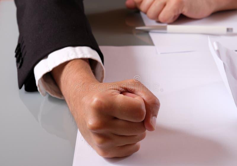 Кулак ударяет таблицу стоковое изображение rf