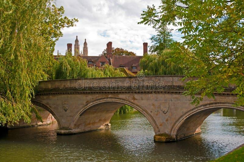 кулачок моста над камнем реки стоковые фото