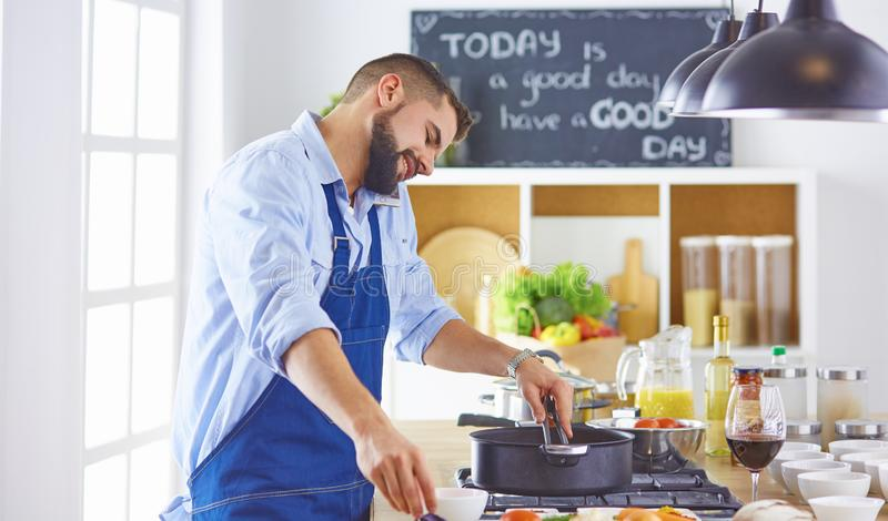 кулинария, профессия и концепция людей - мужской шеф-повар с sm стоковые фото