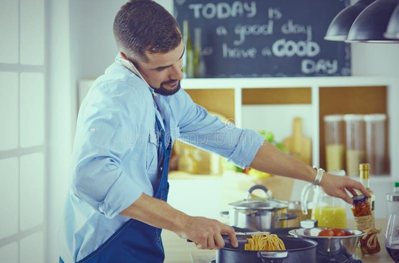 кулинария, профессия и концепция людей - мужской шеф-повар с sm стоковые изображения rf