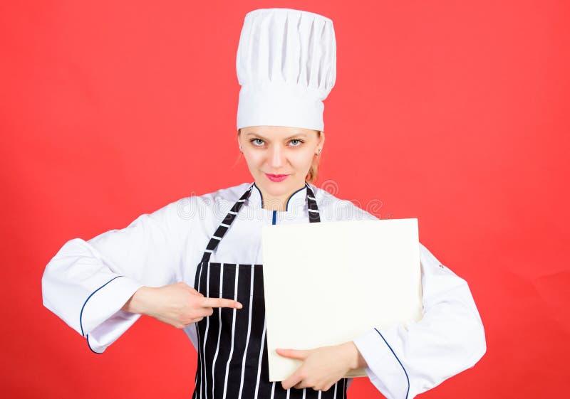 Кулинарная еда и кулинария как хобби Кук ищет рецепт готовки в поваренной книге Женщина читает книгу повара на кухне стоковое изображение