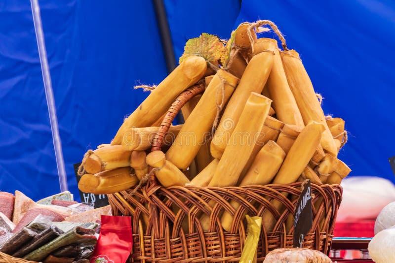 Кулинарный шведский стол с представлением разнообразие здоровых блюд - сыров, сосисок Корзина с копчеными сырными палочками стоковые фотографии rf