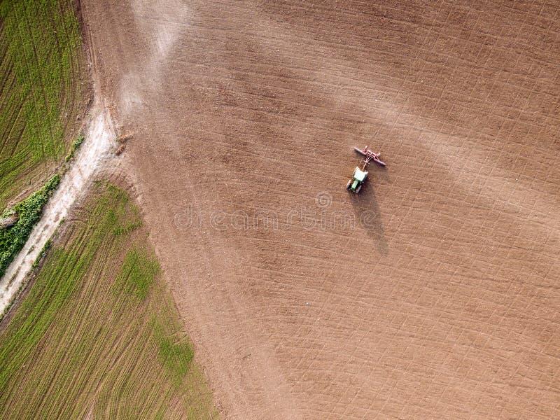 Культивировать трактора и мучительное поле стоковые фотографии rf