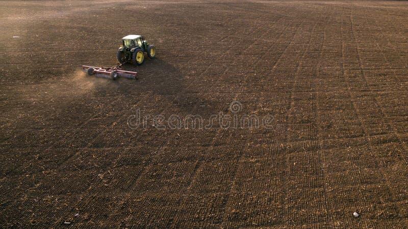 Культивировать трактора и мучительное поле стоковое фото rf