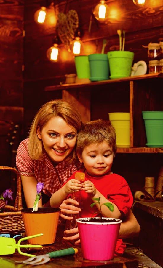 Культивируйте концепцию Мать и сын культивируют почву для завода для того чтобы вырасти Мать и ребенок культивируют грязь для в г стоковая фотография