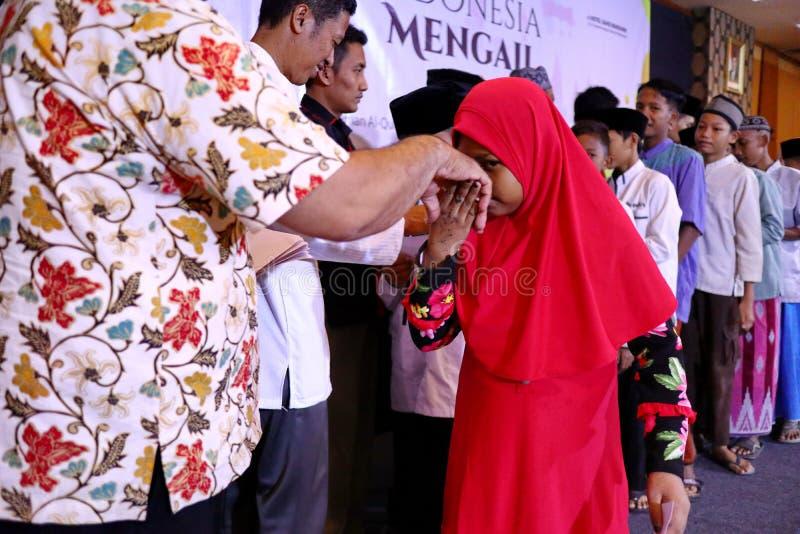 Культура целовать руки взрослых стоковые фото
