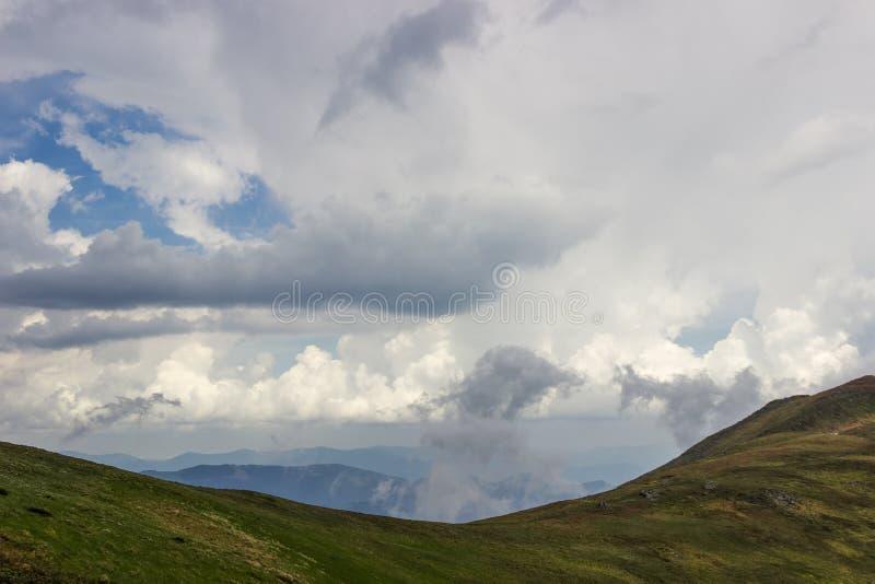 Кумулюс и thunderclouds над гребнями горы в прикарпатских горах стоковая фотография rf