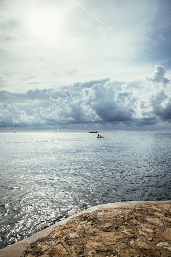 Купать в Хорватии: общественный купая пляж стоковое изображение rf