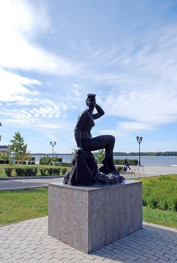 ` Купальщика ` бронзовой скульптуры на обваловке samara стоковое фото rf